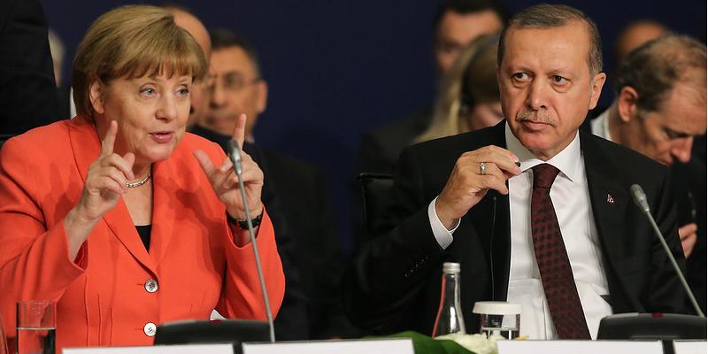 La imagen tiene un atributo ALT vacío; su nombre de archivo es erdogan-merkel.png