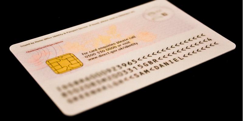 La imagen tiene un atributo ALT vacío; su nombre de archivo es carnet-de-identidad.png